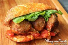 Receita de Sanduíche de Almôndegas de Carne com Molho de Tomate, Rúcula e Requeijão para ver a receita, clique na imagem para ir ao Manga com Pimenta.
