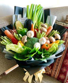Vegetable Bouquet, Vegetable Basket, Food Bouquet, Diy Bouquet, Fruit Gifts, Food Gifts, Flower Shop Design, Harvest Farm, Edible Bouquets