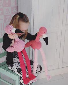 Fay de flamingo valt goed in de smaak..!! Er zijn er al een heleboel geboren :)) zo gaaf om kids ermee te zien spelen Het patroon vind je in de shop! Fijne avond. #draadenpraat #faydeflamingo #faytheflamingo #haken #crochetiscool #crochet #hakenisfijn #hakeln #loveit #knuffel #patroonindeshop #flamingo #crochetersofinstagram #pink #interieurstyling by draadenpraat