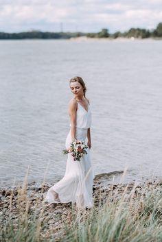 Hääpotretit rannalla, wedding couple on the beach, Finland, hääkuvaaja Couple Beach, Helsinki, Wedding Couples, Wedding Portraits, Bride, Stylish, Wedding Dresses, Finland, Beautiful