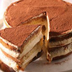 El Tiramisù es un postre de origen italiano que es muy popular en muchas regiones del mundo. Es un postre frío, que se compone de varias capas normalmente todas bañadas en café, conformando un pastel esponjoso y muy sabroso al paladar. Ingredientes: - Mascarpone, 1/4 de kilo - Huevos, 3 grandes - Bizcochos tipo 'saboiardi' - Azúcar, 2-2 cucharadas - Brandy - Café, un vaso Preparación: 1- Comenzamos este Tiramisù batiendo las dos claras que tenemos separadas al punto de nieve con ayuda ...