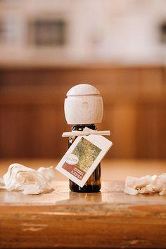 Das Aroma der Zirbe wirkt beruhigend, hilft bei Schlafstörungen und reinigt die Luft. Schlechte Küchengerüche oder Zigarettengestank werden durch das Zirbenöl neutralisiert. Eine Duftlampe braucht man bei diesem Fläschchen nicht. Denn hier wird ein Duftträger gleich mitgeliefert. Die Kugel aus Buchenholz verschließt nicht nur die Flasche, auf sie kann man auch ein paar Tropfen des feinen Öls einfach aufträufeln.