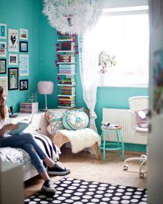 Luzies farbenfroher und doch ruhiger Raum ist ideal zum Entspannen, Hausaufgabenmachen und Ausruhen.