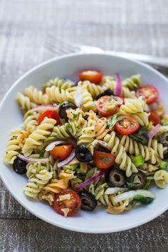Les ingrédients principaux : pâtes : oignon rouge + poivron vert + olives noires + tomates cerises La technique : On fait cuire les pâtes selon le temps indiqué sur l'emballage. On émince l'oignon rouge, le poivron vert, les olives noires, et on coupe les tomates cerises en deux. On mélang...