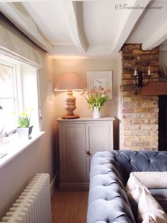 Painted beams so room is not as dark Modern Country Style, English Country Decor, Country Interior, Country Style Homes, Cottage Living Rooms, Cottage Interiors, Home And Living, Living Spaces, Painted Beams