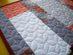 FMQ tutorial dogwood quilting similar to orange peel quilting. Using marking lines to get even stitches.