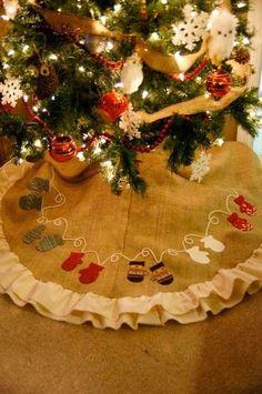 Uma das partes da decoração do Natal onde podemos dedicar a nossa atenção é na elaboração de uma saia para o pé da nossa Árvore de Natal.  ...