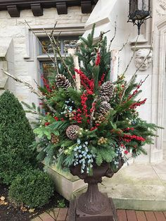 Cool Latest Holiday Decoration Ideas For Outdoor You Will Like It Outdoor Christmas Planters, Christmas Urns, Outside Christmas Decorations, Christmas Greenery, Christmas Flowers, Christmas Holidays, Christmas Wreaths, Holiday Decor, Outdoor Decorations