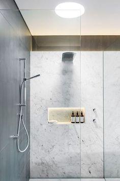 Hueco sobre pared de ducha iluminado