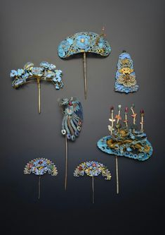 Five chinese gilt metal and kingfisher feather hairpins and a plaque Ancient Jewelry, Antique Jewelry, Asian Hair Ornaments, Vintage Accessories, Hair Accessories, Faberge Eier, Vintage Hair Combs, Barrettes, Feathered Hairstyles