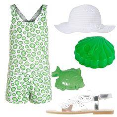 Ancora un outfit per il mare e per giocare sulla spiaggia caratterizzato da tutina corta stampata color verde e bianca, sandali silver e cappello a tesa larga bianco con fiocco.