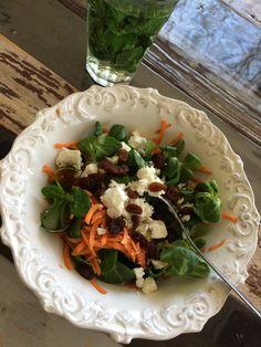 Een echte voorjaarssalade van waterkers, geraspte wortel, feta en krentjes. Een echte smaak sensatie.. Dit heb je nodig voor 2 personen: 1 grote wortel of peen (geraspt) 1/2 krop ijsbergsla (fijn gesneden) 2 handjes waterkers 1 el rozijnen 50 g feta kaas peper en zout 1 flinke 1 flinke scheut olijfolie zout en zwarte peper […]