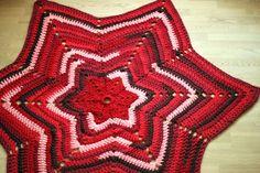Ravelry: Juletræstæppe i Zpagetti pattern by Yarnfreak Diy Christmas Tree, Christmas And New Year, Merry Christmas, Diy Crochet, Crochet Doilies, Crochet Rugs, Hallway Carpet Runners, Diy Carpet, Scrappy Quilts