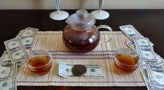 Попробуйте этот удивительный напиток настоящих волшебников! Вы можете его просто пить, а можете сопровождать чаепитие аффирмациями на привлечение денег. Его вкус прекрасен! Итак, рецепт денежного чая: Приготовить его лучше всего на растущей Луне. Вам понадобятся травы: 3 чайные ложки мяты 3 чайные ложки травы сейдж (шалфей) 2 чайные ложки розмарина 1 чайная ложка тимьяна Поместите эти сушёные травы в миску.