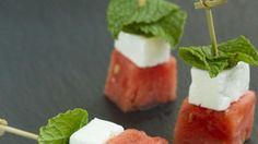 Salad on a Stick Make Watermelon Salad on a Stick for a simple summer appetizer. Great for showers, bbq s and easy entertaining.Make Watermelon Salad on a Stick for a simple summer appetizer. Great for showers, bbq s and easy entertaining. Summer Party Appetizers, Skewer Appetizers, Quick And Easy Appetizers, Snacks Für Party, Appetizers For Party, Appetizer Recipes, Fruit Snacks, Italian Appetizers Easy, Fruit Party