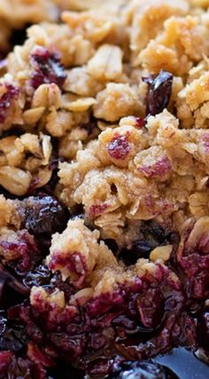 This sweet & simple blueberry crisp is the perfect treat for spring and summer. It's loaded with fresh blueberries and topped with an irresistible crumble. Best Dessert Recipes, Fun Desserts, Gourmet Recipes, Delicious Desserts, Cooking Recipes, Healthy Recipes, Blueberry Cobbler Recipes, Fruit Cobbler, Frozen Blueberry Recipes