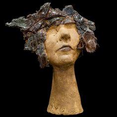 Cabeza de mujer de cerámica esculpida y pintada a mano con esmaltes de alta temperatura. 31x23cm. #escultura #cerámica #arte