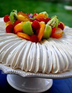 La Pavlova est un dessert qui a un côté majestueux qui en jette ! et pourtant la préparation est très simple à base de meringue, de fruits, de chantilly ou glace.... La Pavlova est est nommée ainsi à
