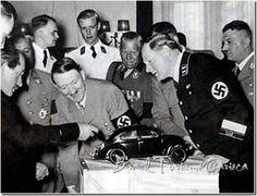 1933 – VOLKSWAGEN  Ferdinand Porsche apresenta modelo do carro do povo alemão para Hitler.