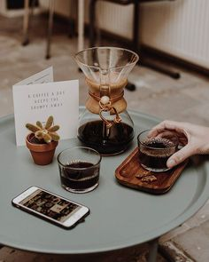 A coffee a day keep the grumpy away. Un caffè al giorno tiene il brontolone lontano.