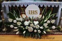 Resultado de imagen para dekoracja ołtarza komunia Corpus Christi, First Communion, Floral Arrangements, Flower Arrangement, Fresh Flowers, Xmas, Table Decorations, Diana, Community