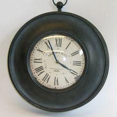 Horloge avec gousset dans un authentique style 1930. Cadreen métal patiné noir et cadran couvert d'un verre bombé est imprimé de chiffres romain et de l'inscription
