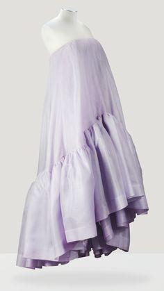 Balenciaga Haute Couture,printemps-été1958. Robe du soir enorganlaine parme hortensia de la Maison Perceval