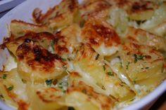 Questo gratin di zucca e patate, arricchito da pancetta e mozzarella, è un saporito contorno per arrosti o piatti di carne in genere.