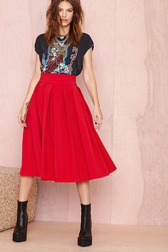 Browse Nasty Gal's latest additions in women's fashion and find some new clothes, perfect for a wardrobe refresh. Keep up with the latest trends just in! Diy Rock, Dress Skirt, Dress Up, Mein Style, Looks Street Style, Red Skirts, Red Skirt Outfits, Red Pleated Skirt, Summer Skirts