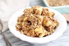 No bake apple crisp recipe - Dr. Axe This no-bake apple crisp recipe is gluten-free, healthy and easy to make! Eat it cold or warm it up. Either way, you will want seconds! Gluten Free Baking, Gluten Free Desserts, Healthy Desserts, Delicious Desserts, Baked Apple Crisps, Baked Apples, Clean Eating Recipes, Raw Food Recipes, Cooking Recipes