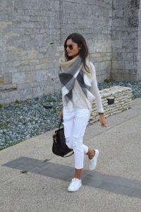 | Look de inverno com calça branca e tênis |