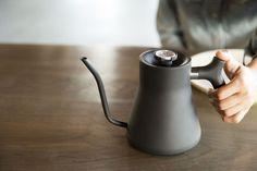 """コーヒーやお茶を美味しく淹れるためには、秘訣があります。それは「温度管理」です。例えば、コーヒーなら香り高く、美味しい成分を抽出させる「90〜96℃」、煎茶なら渋みを抑えて旨味成分を引き出す「80℃」。この温度管理ですが、今まで私たちは沸騰したお湯が冷めるまで待ち、""""感覚的""""に行っていました。STAG POUR-OVER…"""