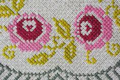 Exceptionelly bien hecho inusitado vendimia 1960 hechos a mano bordado Cruz-stich cuadrado beige aida lino mantel con motivo de rosa amarillo / gris color de rosa / mostaza.    Tamaño: 27.5 * 27,75 / pulgada en la Plaza. Exellent menta condición vintage inusitado.