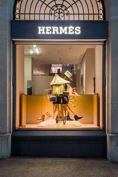 Soline d'Aboville habille les vitrines de la filiale suisse de la Maison Hermès pour l'été 2017. La scénographie propose une lecture ludique et décalée du thème annuel, le Sens de l'Objet : la fonction des objets est ici détournée et les collections deviennent acteurs de machines imaginaires constituées d'objets de seconde main dans des compositions fourmillantes de détails.