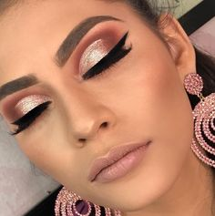 Cut Crease: veja como fazer esse tipo de maquiagem Cut Crease: see how to do this type of makeup Maquillage Or Rose, Maquillage Cut Crease, Cut Crease Eyeshadow, Cut Crease Makeup, Eyeshadow Makeup, Eyeliner, Rose Gold Eyeshadow, Rose Gold Makeup Looks, Gold Eye Makeup