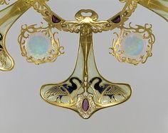 René Jules Lalique  (1860–1945)ca. 1897–99. Gold, enamel, opals, amethysts. Overall diam. 9-1/2 in. (24.1 cm) 9 large pendants: H. 2-3/4, W. 2-1/4 in. (7 x 5.7 cm) 9 small pendants: H. 1-3/8, W. 1-1/4 in. (3.5 x 3.2 cm) No link