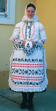 Poor woman's afternoon dress from Kalocsa (XIX century), Hungary Folk Fashion, Ethnic Fashion, Folk Costume, Costumes, Hungarian Embroidery, Traditional Dresses, World Of Fashion, Fashion Dresses, Vintage Jewelry Crafts