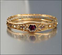 Oro lleno pulsera exquisito antiguo del Victorian / de Edwardian brazalete con una vuelta hexagonal piedra de cristal púrpura amatista abierta. Flanqueando la piedra son diamantes de imitación de color púrpura y perlas de vidrio. Un marco de perlas gruesas adornado forman el brazalete con la parte posterior tiene un patrón en forma de diamante.