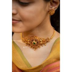 Check out some the evergreen South Indian necklace designs that everyone must own right away! Pearl Necklace Designs, Jewelry Design Earrings, Gold Jewellery Design, Simple Necklace Designs, Choker Necklace Online, Gold Choker Necklace, Antique Necklace, Gold Fashion, Fashion Jewelry