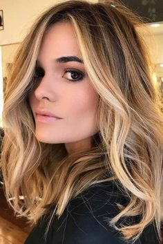 Here's Every Last Bit of Balayage Blonde Hair Color Inspiration You Need. balayage is a freehand painting technique, usually focusing on the top layer of hair, resulting in a more natural and dimensional approach to highlighting. Platinum Blonde Balayage, Blonde Balayage On Brown Hair, Balayage Hair Blonde Medium, Brown Hair Blonde Balayage, Balayage Diy, Balyage Hair, Dye Hair Blonde, Medium Blonde Hairstyles, Medium Length Hair Blonde
