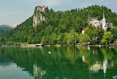 Lacul Bled , Romania Bled este unul dintre cele mai frumoase lacuri din Europa, peisajele impresionante si linistea de aici, aducandu-i faima printre romanticii din lumea intreaga.
