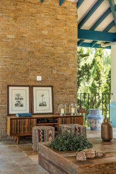 Coberta de pedras Tetris, da Palimanan, a parede serve de apoio às gravuras. À frente, aparador de madeira da Cenarium (Foto: Edu Castello/Editora Globo)
