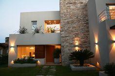 Casa en country C.U.B.A. - Fatima - Pcia de Buenos Aires: Casas de estilo moderno por Rocha & Figueroa Bunge arquitectos #iluminacionexterior