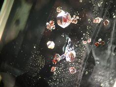 inclusiones de granates almandinos en un topacio incoloro