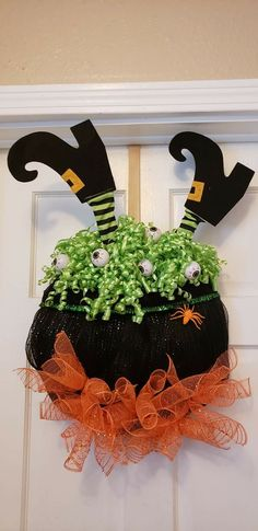 Easy Halloween Decorations Party DIY Decor Ideas – Witch Hat Wreath So consider anything you mig Easy Halloween Decorations, Diy Party Decorations, Halloween Party Decor, Halloween Magic, Holidays Halloween, Halloween Crafts, Fall Crafts, Holiday Crafts, Halloween Dekoration Party