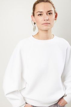 Blond model met grijze trui en witte blouse MONA Magazine