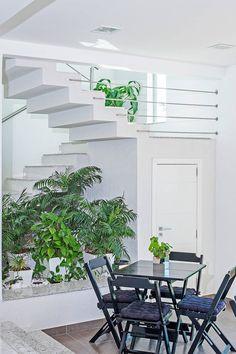 Modern corridor, hallway & stairs by Patrícia Azoni Arquitetura + Arte