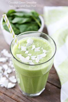 Coconut Green Smoothie 1/2 Taza leche de coco 1/2 taza normal Griego yogur (utilizamos Chobani) 1 taza espinacas 1 grandes plátanos, pelados 1 gran manzana verde, sin pepitas, peladas y cortadas 2 cucharadas rasura coco 1 taza hielo
