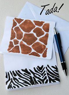 Siguiendo el diseño de las pieles de algunos animales salvajes, la cebra y la jirafa, crearemos unas originales tarjetas de felicitación.