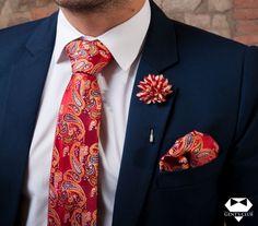 Nyakkendő Zsebkendő Dísztű Piros Narancssárga Paisley, 3 darabos készlet  Férfiaknak szükséges teljes kellékcsomag, ami nyakkendőből, zsebkendőből virágot ábrázoló dísztűből áll. Különleges motívumokat tartalmazó férfi kellékek, amelyeket különleges eseményeken viselik. A csomagot Gent's Club ajándék zacskóban kínáljuk, amihez tanácsokat tartalmazó szórólapot is ajándékozunk a nyakkendő megkötéséhez és a zsebkendő különböző formájú összehajtásához. Floral Tie, Accessories, Jewelry Accessories